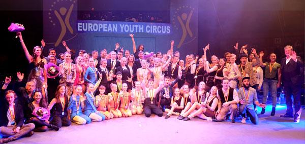 European Youth Circus Wiesbaden 2016 -  Gewinner, Juroren und  Beteiligte mit Kulturdezernentin Rose-Lore Scholz und Bürgermeister Seven Gerich.  Foto: Diether v. Goddenthow