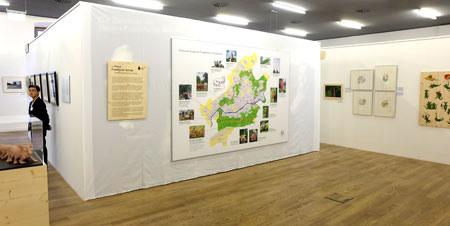 Eine große Übersichtskarte gibt Besuchern Orientierung, wo welche gezeigten Exponate der Komischen Kunst im GrünGürtel rund um Frankfurt in den GrünGürtel-Anlagen auffindbar sind. Foto: Diether v. Goddenthow