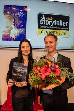 Preisträgerin Halo Summer und Juror Andreas von der Heydt bei der Preisverleihung in der Agora auf der Frankfurter Buchmesse.