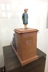 """Modell Hans Traxlers """"Ich-Denkmal"""". In der Mainuferanlage zwischen Gerbermühle und Rudersdorf in Oberrad kann jedermann über  drei Stufen hinweg den steinernen Sockel mit der goldenen Aufschrit """"Ich"""" bestiegen, und """"bedeutende"""" Posen einnehmen. Foto: Diether v. Goddenthow"""