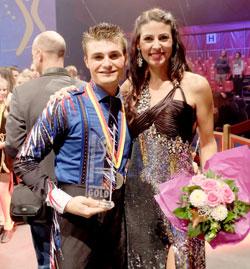 Gold für Michael Ferreri, Jonglage, Spanien, hier mit Natascha Berg, Moderatorin des Abends.Foto: Diether v. Goddenthow © atelier-goddenthow