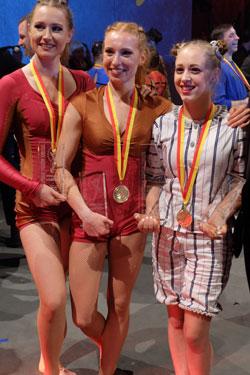 Monalaura mit Andrea Matousek (r.). nach der Preisverleihung. Foto: Diether v. Goddenthow © atelier-goddenthow