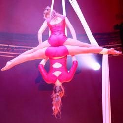 Monalaura mit ihrer atemberaubendenTuchakrobatik den Preis der European Circus Association. Foto: Diether v. Goddenthow © atelier-goddenthow
