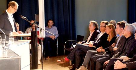Hauke Hückstädt, Leiter des Literaturhauses Frankfurt eröffnete den Abend. Foto: Diether v. Goddenthow © atelier-goddenthow