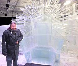 Projektleiter Oliver Hartmann, hier neben dem Thron von Väterchen Frost. Foto: Diether v Goddenthow