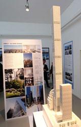 """Modell """"432 Park-Avenue"""", mit Quadratmeterpreisen ab 50 000 Euro.  1 zu 15 (28 Meter Breite zu 426 Meter Höhe) Bleistiftproportionen. Architekturmuseum bis 15.01.16. Foto: Diether v. Goddenthow"""