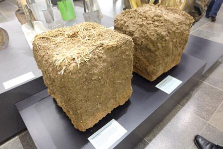 li. Ackerboden, locker aufgrund von  Fruchtwechseln. r. verdichteter Ackerboden. Foto: Diether v Goddenthow