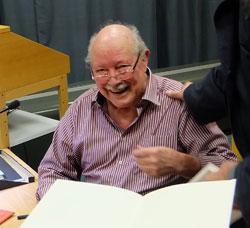 """Dr. humoris causa, alias Herbert Bonewitz,beim Signieren von """"Spass muss sein"""" bei der Buchpräsentation im Mainzer Rathaus.  Foto: Diether v Goddenthow"""