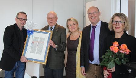 Susanne Hartmann (rechts) und Matthias Kurz (links) Geschäftsführer von media machine, zusammen mit der Leiterin des Gutenberg-Shops Dana Cordier und den Vorstandsmitgliedern des Förderverein Gutenberg e.V. Rudolf Bödige (2.v.l) und Michael Bonewitz.
