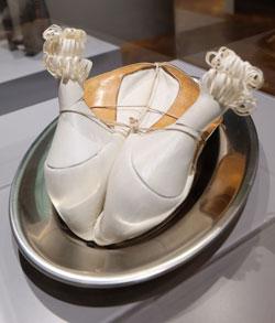 Meret Oppenheim (1913 - 1985) Mein Kindermädchen. Die weißen Stöckelschuhe symbolisieren den weiblichen Körper während ihre enge Umschnürung als Fesselfantasien interpretiert werden. Foto: Diether v. Goddenthow