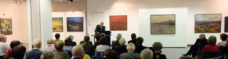Uwe Abel, Vorsitzender des Vorstandes der MVB, begrüßt die Gäste im MVB-Forum zur Retrospektive des Werkes von Guido Ludes Foto: Diether v. Goddenthow © atelier-goddenthow