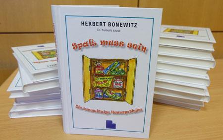 """Herbert Bonewitz greift in seinem 9. Buch """"Spass muss sein""""  in seine humoristische Hausapotheke, um seine wirkungsvollsten Hausmittel gegen miese Stimmung und schlechte Laune hervorzuholen: heitere Glossen, spaßige Kommentare, komische Erzählungen, ulkige Gedichte, die allesamt bedenkenlos zur """"Selbstmedikation"""" geeignet sind. Foto: Diether v Goddenthow"""