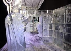 Adventskalender mit  grüßendem Sankt Nikolaus ist Eingangspforte der Eiswelt Mainz. Foto: Diether v Goddenthow