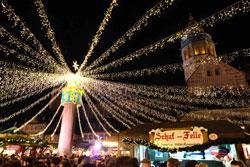 Lichterhimmel auf dem Mainzer Weihnachtsmarkt komplett mit energiesparenden LED-Leuchten. Foto: Diether v Goddenthow