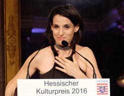 Trotz Heiserkeit wagt sich Tamar Halperin doch noch ans Mikro für Worte des Dankes. Foto: Heike v. Goddenthow © atelier-goddenthow