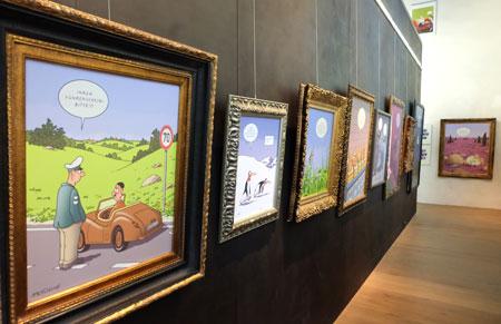 Bilderwand mit Werken von Til Mette. Foto: Diether v. Goddenthow © atelier-goddenthow