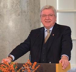 """Ministerpräsident Bouffier  würdigte Lehmann als """"Idealbesetzung im Amt des Bischofs"""" ,als  einen """"herausragenden Brückenbauer"""" und als einen """"Mittler zwischen den Welten"""". Foto: Heike v. Goddenthow"""