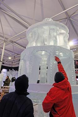 Ein Highlight wird auch funkelnde Weihnachtspyramide im Weihnachtsmarkt aus Schnee und Eis sein. Foto: Diether v Goddenthow