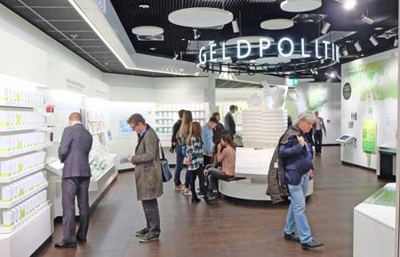 """Bereich """"Geldpolitik"""" im Geldmuseum der Deutschen Bundesbank. Foto: Diether v. Goddenthow"""