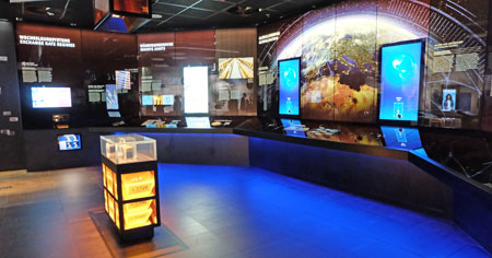 """Bereich 4 """"Geld global"""" im neuen Geldmuseum der Deutschen Bundesbank. Kabinett Deutsche Bundesbank im neuen Geldmuseum. Foto: Diether v. Goddenthow"""