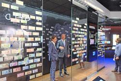 """Der """"Banknotenschwarm"""" zeigt die Geldscheine der gesamten Welt. Foto: Diether v. Goddenthow"""