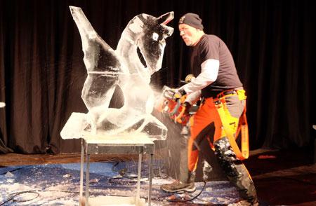 Eisbildhauer holt den Pegasus aus dem Eis. Foto: Diether v. Goddenthow © atelier goddenthow