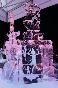 Fast filigran muten die bezaubernden Fastnachtsfiguren dieser Eis-Installation an. Foto: Diether v. Goddenthow © atelier goddenthow
