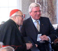 Langjähriger Mainzer Bischof Kardinal Karl Lehmann von Ministerpräsidenten Volker Bouffier mit höchster hessischer Auszeichnung, der Wilhelm-Leuschner-Medaille, geehrt. Foto: Heike  v. Goddenthow