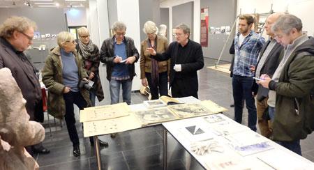 Professor Werner Durth (4.v.li.) erläutert und überreicht die französischen Wiederaufbaupläne für den Wiederaufbau von Mainz.