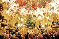 Pausieren im herrlichen Theater-Foyer. Foto: Diether v. Goddenthow