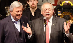 Volker Bouffier (l) und Norbert Kartmann eröffneten das große Bürgerfest. Foto: Heike v. Goddenthow