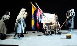 Szene: Vertriebene ziehen mit einem Bollerwagen nach Weilburg. Foto: Diether v. Goddenthow