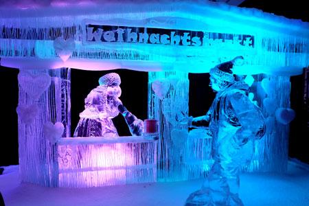 Vom Weihnachtsmarkt gelangt man zur Meter hohen Weihnachtspyrademide, aus Schnee und Eis. Foto: Diether v. Goddenthow © atelier goddenthow
