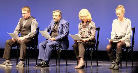 """Mitglieder des Schauspielensembles Staatstheater Mainz spielten eine kroteske Szene aus """"Ach, diese Lücke, diese entsetzliche Lücke"""".  Foto: Diether v. Goddenthow  © atelier-goddenthow"""