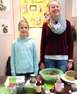 Die Brennnessel-Forscherinnen Janine Göbel (13) und Emma Hoppe (14)  belegen auf vielfältige, anwendungsorientierte Weise, dass Brennnesseln kein Unkraut sind. Foto: Diether v. Goddenthow