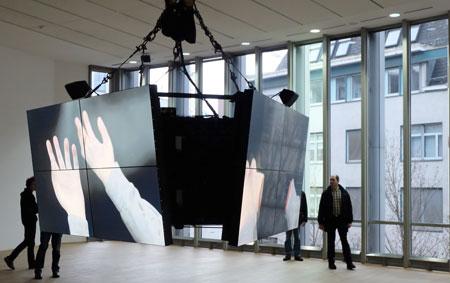 """Ausstellungsansicht """"Ed Atkins Corpsing"""" im MMK1 Frankfurt . Filmische LED-Präsentation """"Safe Conduct"""", bei der  der Protagonist sich total selbst entblößt bis zur Auflösung seiner Identität, gezeigt an seinen nach und nach ebenfalls abgelegten sekundären Körperteilen und Innereien. Foto: Diether v. Goddenthow"""