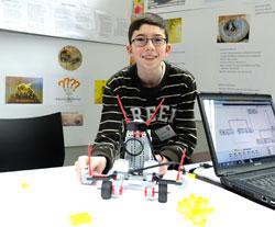 Jungforscher Alexander Rode (15) sucht nach Wegen, das auf Insektizide zurückgehende Bienensterben einzudämmen. Mit einem selbst gebauten Roboter simuliert er in der kalten Jahreszeit ihr Sammelverhalten. Foto: Diether v. Goddenthow
