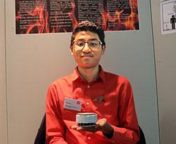 Ali Maung (15) hat die Lösung für einen Rauchmelder gefunden, der sowohl in der Küche installiert werden und dadurch Küchenbrände vorzeitig melden kann ohne Fehlalarme auszulösen. Foto: Diether v. Goddenthow