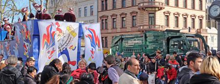 Für Sicherheit gesorgt. Ein großes Knettenbrech-Fahrzeug (rechts) sichert in Höhe Bahnhofstrasse die Rheinstrasse.  Hier links Dachowagen. Foto: Diether v. Goddenthow  © atelier-goddenthow