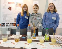 Esther Schmedding (10) Hannah Schmedding (13) Henriette Heilbock (11) haben herausgefunden, dass Zitronensaft noch das beste Naturreinigungsmittel für verschmutzte Münzen ist. Foto: Diether v. Goddenthow