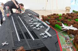 Letzte Arbeiten am Frankfurter Flughafen, der ebenfalls nicht maßstabgerecht ist, sondern nur angedeutet wird.  Foto: Diether v. Goddenthow