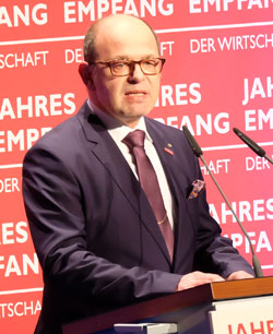 Hans-Jörg Friese, Präsident der Handwerkskammer Rheinhessen , begrüßte die Gäste im Namen aller gastgebenden Institutionen. Foto: Diether v. Goddenthow  © atelier-goddenthow