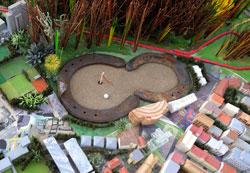 Die Hufeisen gegeneinandergestellt symbolisieren die Schwierigkeiten und den Konflikt bei der Räumung der alten Galopprennbahn als Baugrundstück. Foto: Diether v. Goddenthow © atelier-goddenthow