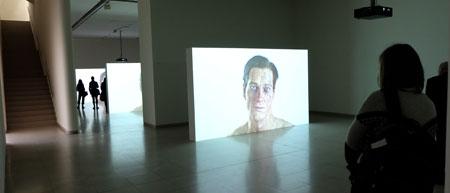 """Ausstellungsansicht """"Ed Atkins Corpsing"""" im MMK1 Frankfurt . Video """"Hisse"""", Metamorphose der Krise eines Mannes, dessen beinahe perfekte, hyperreal anmutende Animation am Unvermögen bricht, menschliche Emotionen zu zeigen. Foto: Diether v. Goddenthow"""