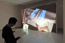 """Ed Atkins filmische Krisensimulation von """"Hisse"""".  Der unter dem Bett aufbrechende Abgrund ist Sinnbild der abgrundtiefen Krise des erwachenden Mannes.  Foto: Diether v. Goddenthow"""