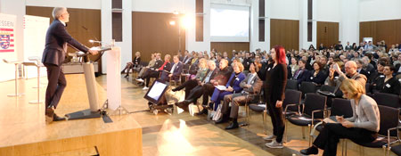 Hessens Wirtschaftsminister Tarek Al-Wazir eröffnet im Plenar-Saal der IHK Frankfurt den 1. Hessischen Kreativitätswirtschaftstag Foto: Diether v. Goddenthow