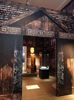 Besucher durchschreiten zur Ausstellung die anschauliche Rekonstruktion des Kultbaus von Tissø-Fugledegård (850 - 950 n. Chr.).  Foto: Diether v. Goddenthow