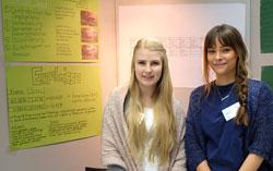 Lena Magerl (18) und Jamila Schiel (18) glauben, dass Unterschiede im Beutefang von Jemen Chamälions eventuell mit dem Geschlecht der Tiere zusammenhängen könnte. Foto: Diether v. Goddenthow