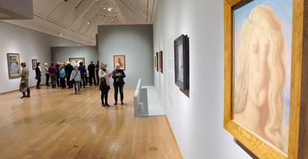 """Ausstellungsansicht """"MAGRITTE DER VERRAT DER BILDER"""" Schirn Kunsthalle Frankfurt. Rechts: """"Die Vergewaltigung"""", Öl auf Leinwand. Centre Pompidou, Musée national d'art modere, Paris. Bild Foto: Diether v. Goddenthow"""
