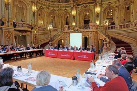 Pressekonferenz am 7. Februar 2017 in Anwesenheit von Oberbürgermeister Sven Gerich und Staatssekretär Ingmar Jung zur Vorstellung des Programms der Wiesbadener Internatitonalen Maifestspiele  im Theater-Foyer. Foto: Diether v. Goddenthow